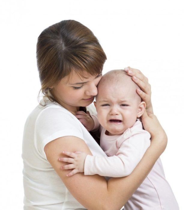 Ребенок плачет и прижимается к маме
