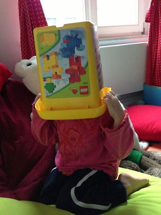 Ребенок прячется от гостей в своей комнате