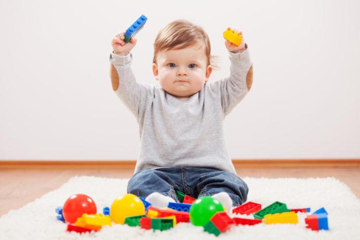 Ребёнок в 9 месяцев играет конструктором