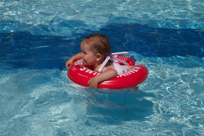 Ребёнок в надувном бассейне