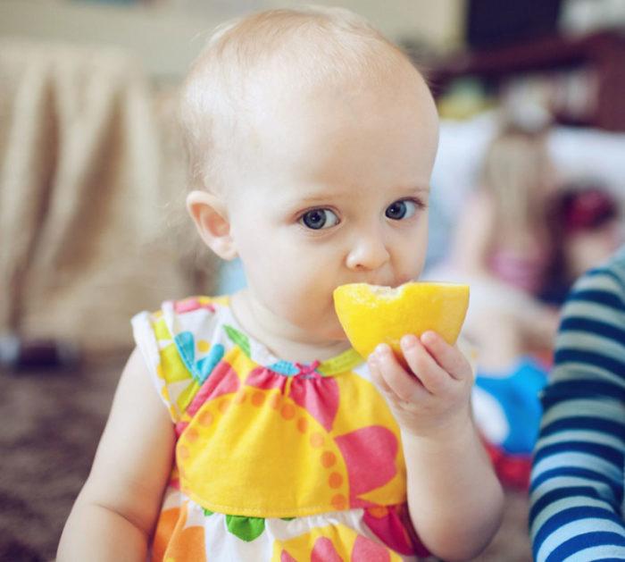 Малыш и апельсин