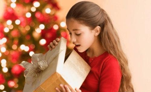Девочка открывает подарок