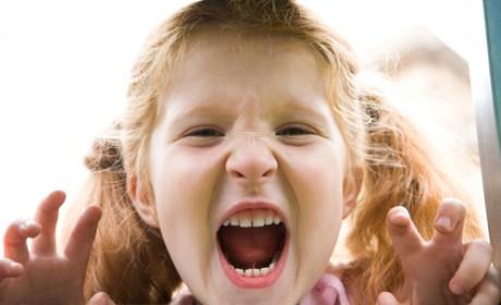 Девочка рычит и показывает когти