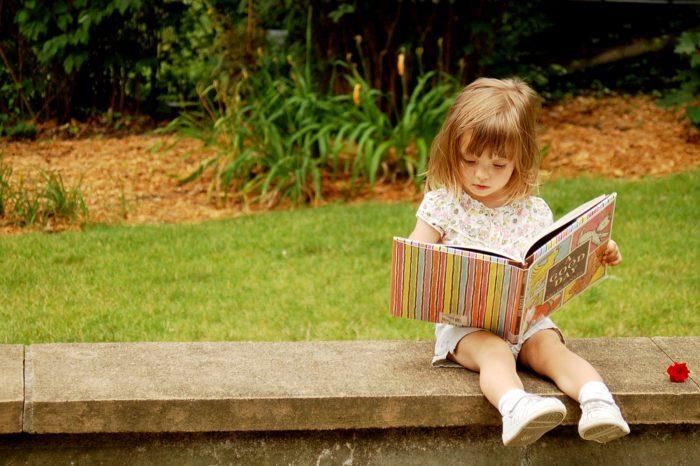 Девочка рассматривает книгу