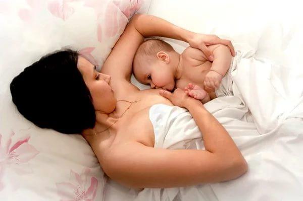 Кормление малыша лёжа на боку