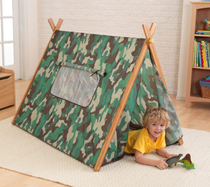 Мальчик в палатке