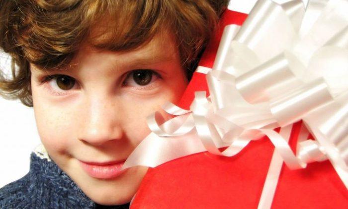 Мальчик и подарок
