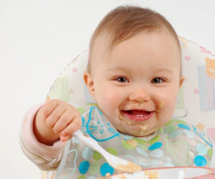 малыш умеет есть сам