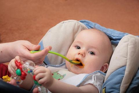 6-месячному ребёнку дают первый прикорм