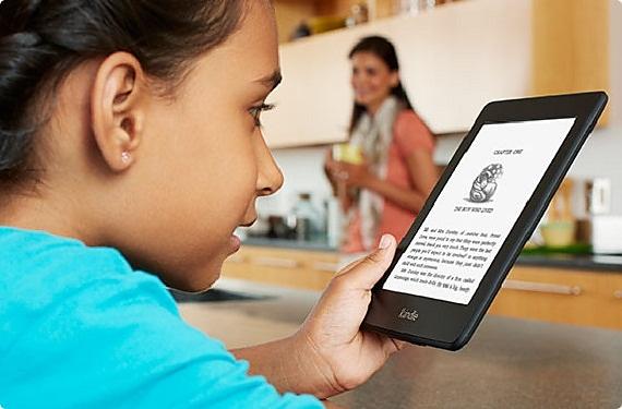 Девочка читает электронную книгу