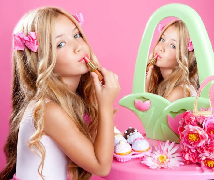 Девочка делает макияж