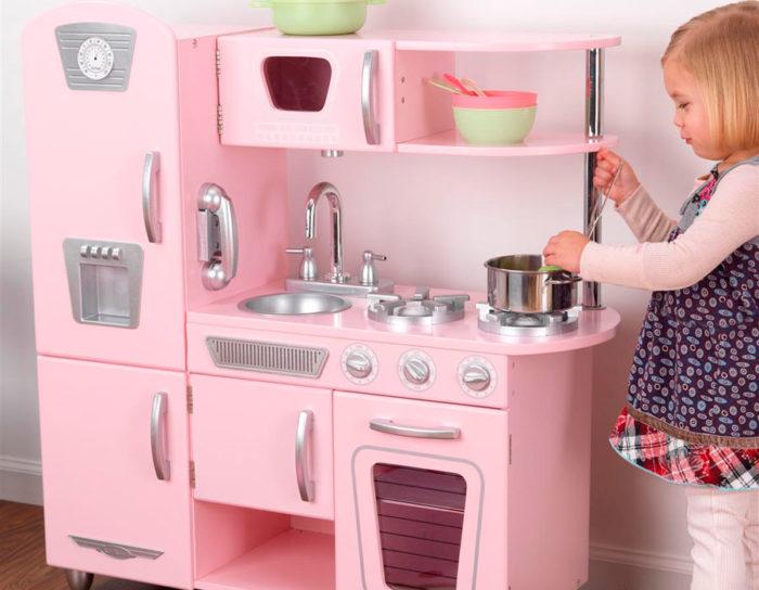 Девочка играет с кухней