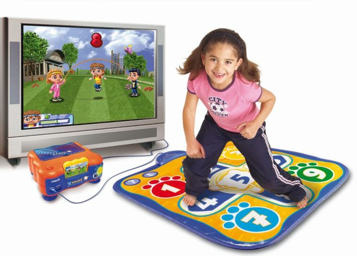 Девочка на интерактивном танцевальном коврике