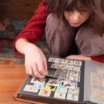 Девочка коллекционирует марки