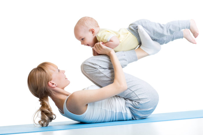 Мама делает упражнения вместе с ребёнком