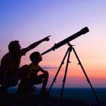 Папа и сын смотрят в телескоп