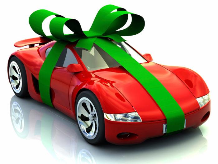 Красная машинка с зелёной подарочной лентой