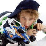 Мальчик с машиной на радиоуправлении