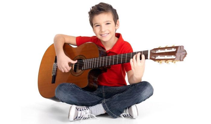 Мальчик в красной футболке с гитарой