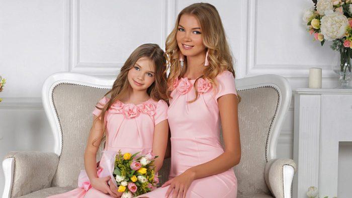 Мама с дочкой в одинаковых розовых платьях