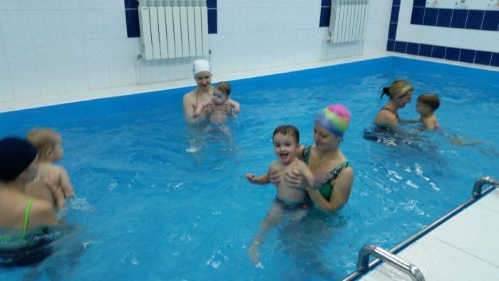 Мамы с малышами в бассейне