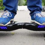 Ноги в голубых кедах на гироскутере