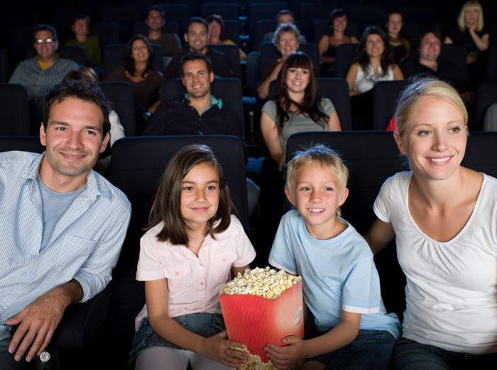 Семья в кинотеатре