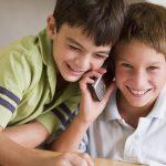 Мальчики с телефоном