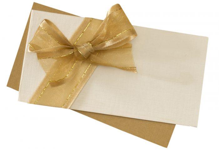 Белый и бежевый конверты с лентой