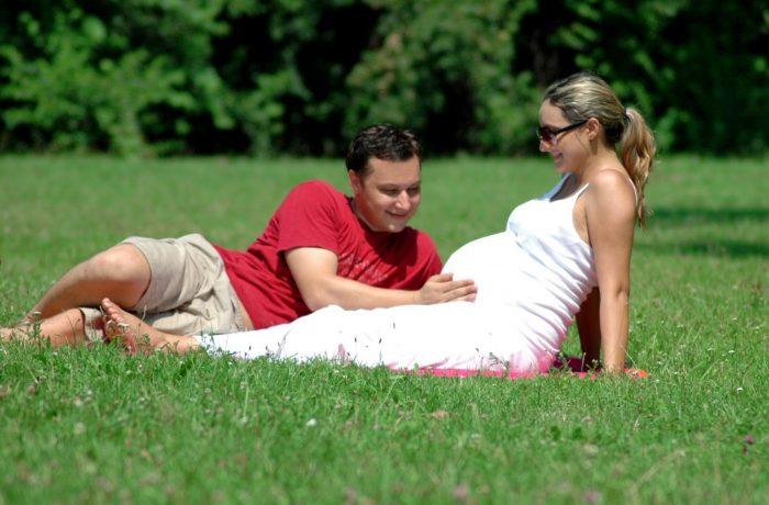 Беременная с мужем на природе