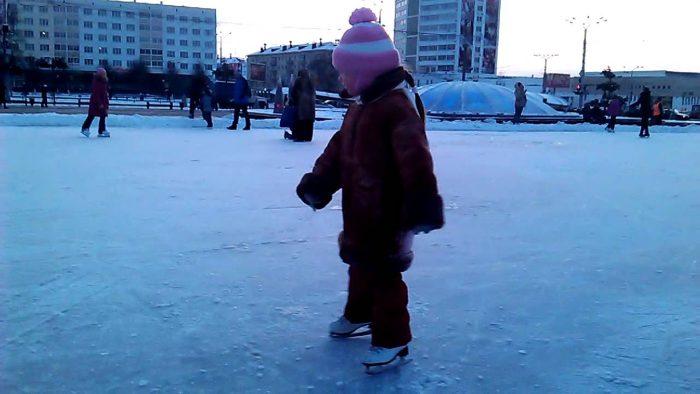 Девочка на открытом катке