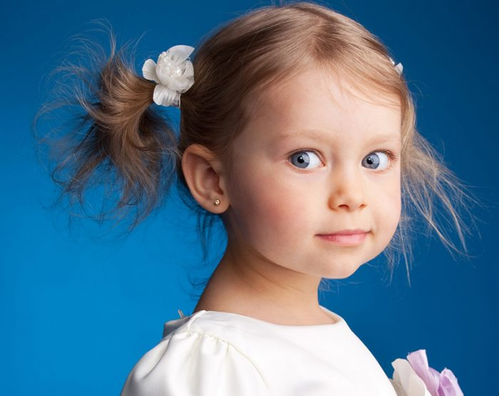 Девочка с двумя хвостиками на синем фоне