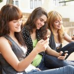 Девочки с телефонами