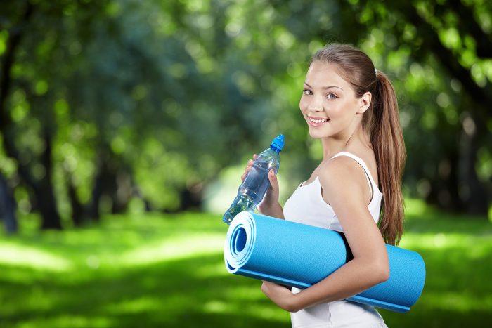 Девушка со спортивным ковриком