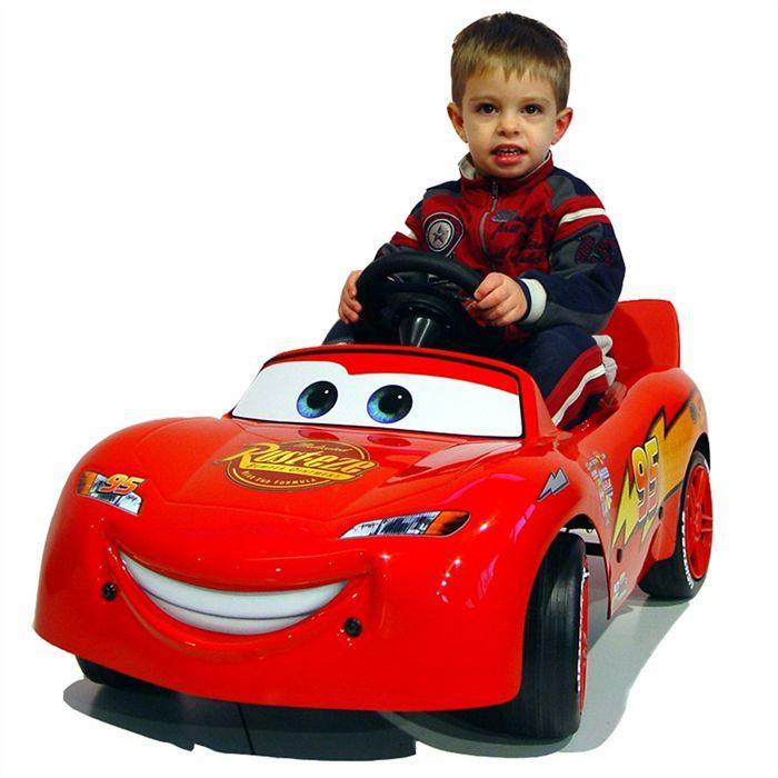 Мальчик на электромобиле