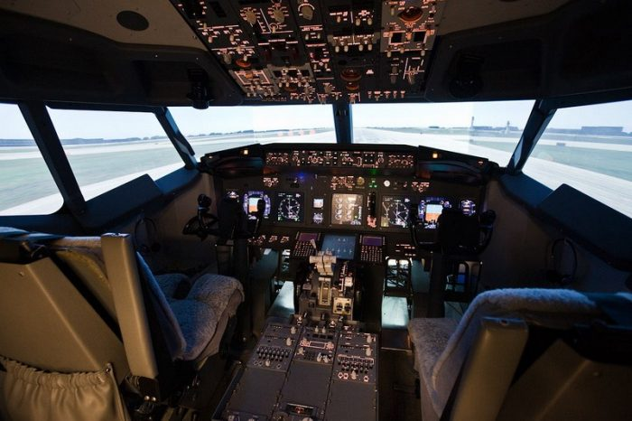 Кабина самолёта в авиастимуляторе