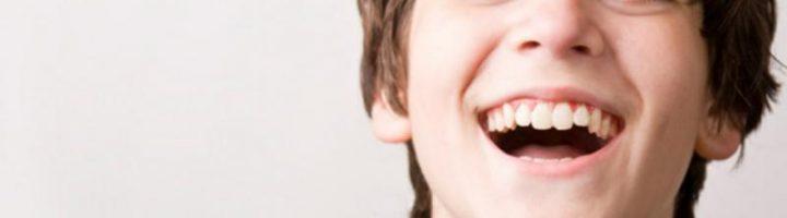 Мальчик обрадованно смеётся