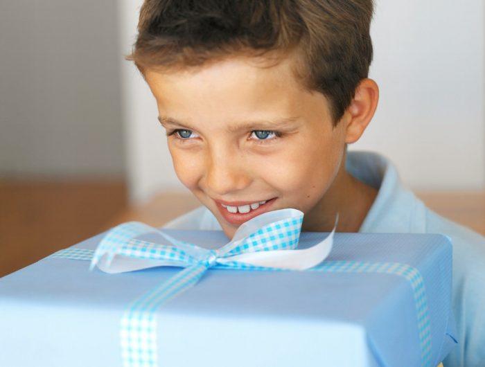 Мальчик с подарком в голубой коробке