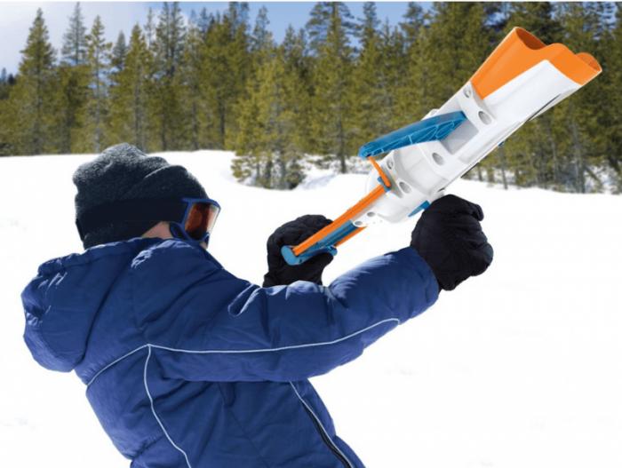 Мальчик стреляет из снежкобластера