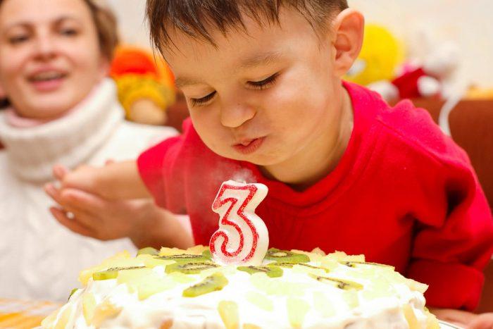 Малыш празднует день рождения в три года с тортом
