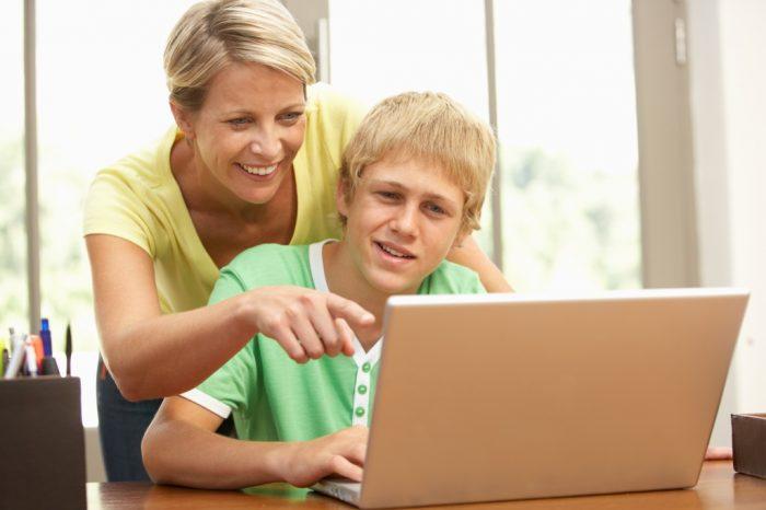 Мама и сын с ноутбуком
