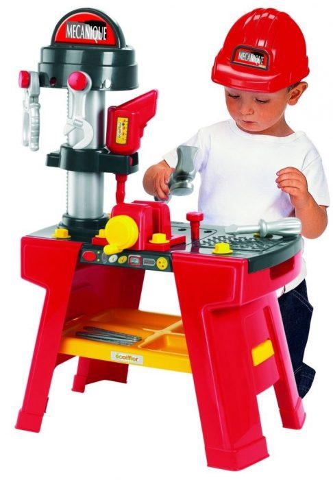 Мальчик играет с набором строителя