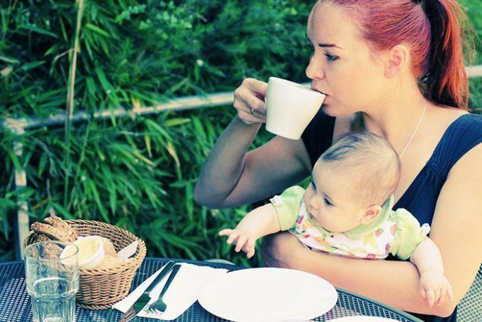 Кормящая мама пьет чай