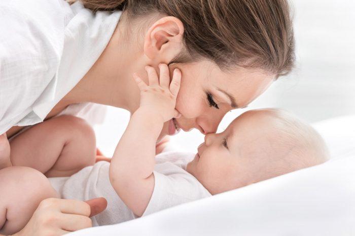 Мама играет с младенцем