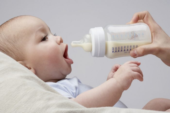 Ребёнок ест смесь