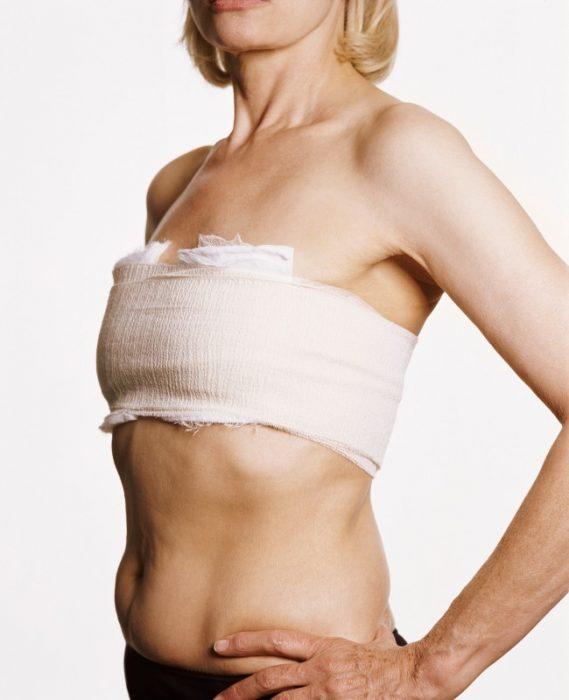 Женщина перетянула грудь