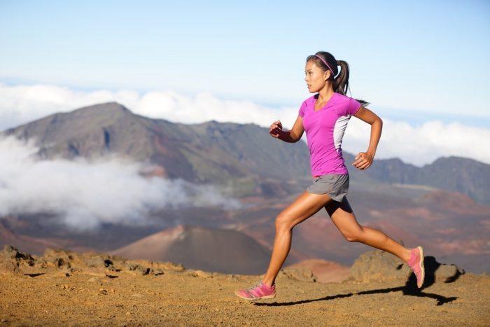 Женщина занимается спортивным бегом