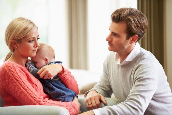 Грустная женщина с ребенком и муж