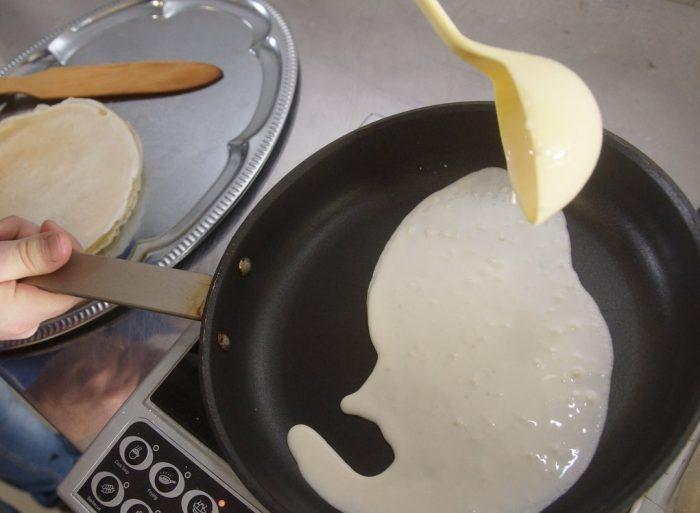 Блинное тесто на сковороде