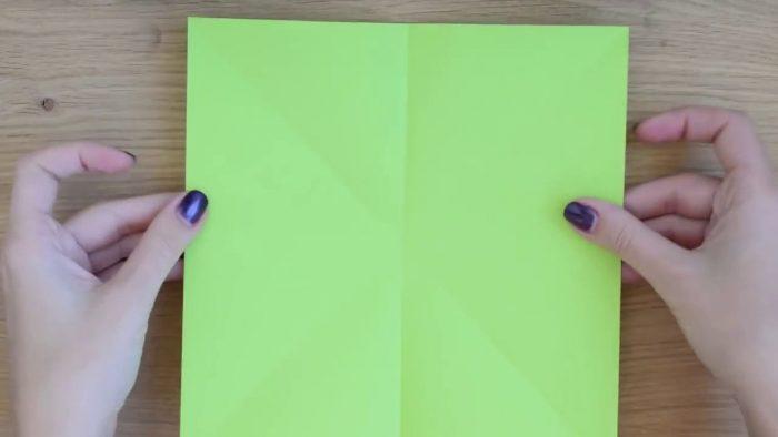 Лист зеленой бумаги